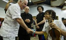 El maestro Abreu y Dudamel acompañan a Barenboim en su encuentro con los músicos de la Orquesta Nacional Infantil de Venezuela  en Caracas.
