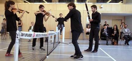 Miembros de la JORCAM escenifican un partido de tenis sonoro