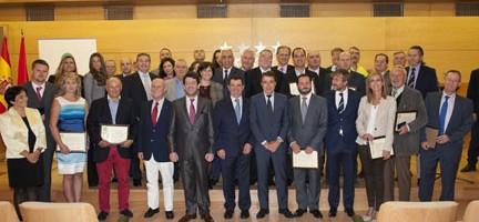 Ignacio González junto a representantes de la AEEPP y los editores premiados