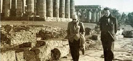 Robert Craft junto a Stravinsky paseando en los alrededores del Partenon, de Atenas.