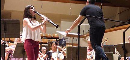 María Luisa Olmos ensayando con la orquesta. Cortesía OV