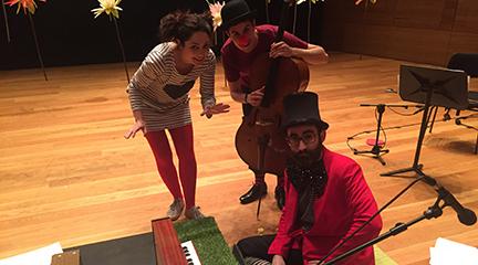 para ninos  Zirku Hegalaria, música en familia en el Kursaal con piano de juguete y un violonchelo