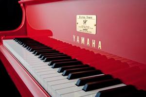 tiendas  ¿UN PIANO CON LA FIRMA DE ELTON JOHN?