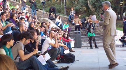 universidad  Profesores universitarios se manifiestan impartiendo las clases en calles de Madrid