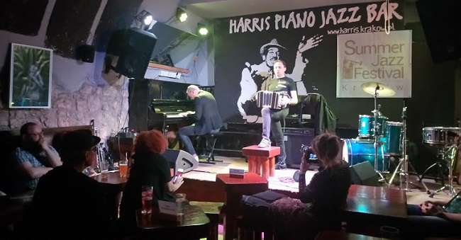 notas al reverso  Standards bajo tierra, Cracovia receta jazz con mascarilla