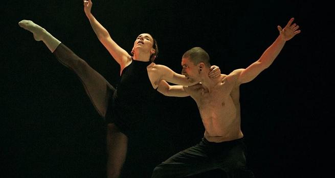 contemporanea danza  Metamorphosis Dance baila Al desnudo con música de Philip Glass, en el Teatro Arriaga